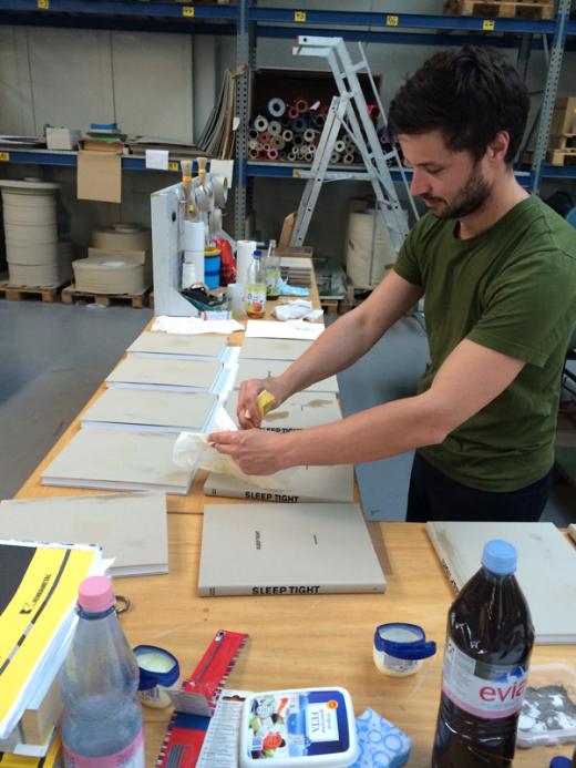 Volker Renner beim Bearbeiten seiner Bücher