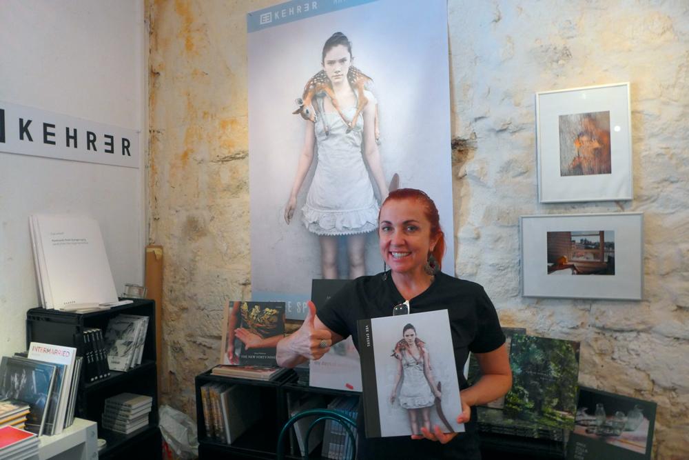 "Fotografin Vee Speers mit ihrem bei Kehrer verlegten Buch ""Bulletproof"", 2014 in Arles"