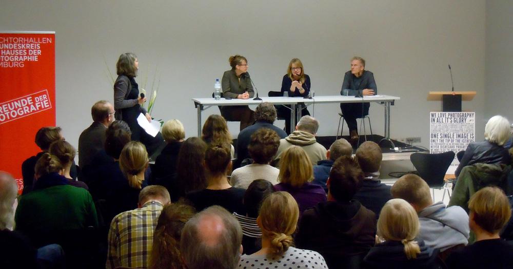 """""""Jäger und Sammler""""-Symposium im Haus der Fotografie. V.l.n.r.: Stephanie Bunk, Eva Leitolf, Katja Stuke und Peter Lindhorst. Foto: Sabine Herzog"""