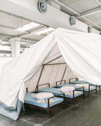 David Carrenia Hansen, Messehalle in Hannover wird als Flüchtlingsunterbringung genutzt