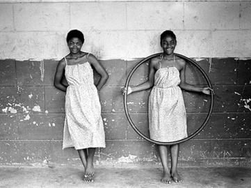 One Country, One Shot: I am South Africa, The Green Sisters, Mangete, KwaZulu-Natal, 1982. Foto: Cedric Nunn.