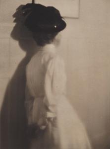 Heinrich Kühn Mary Warner mit schwarzem Hut, vor 1911 Gummidruck, 22,7 x 17 cm. © Museum Folkwang, Essen
