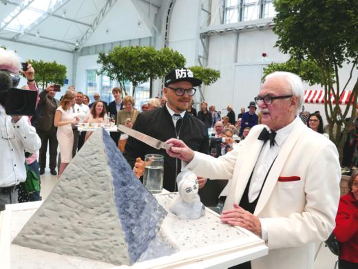 Armin Mobach und F. C. Gundlach mit Geburtstagstorte, die nach einer berühmten Fotografie F. C. Gundlachs gestaltet wurde. Hamburg, 16.7.2016. Foto: Anna Gripp