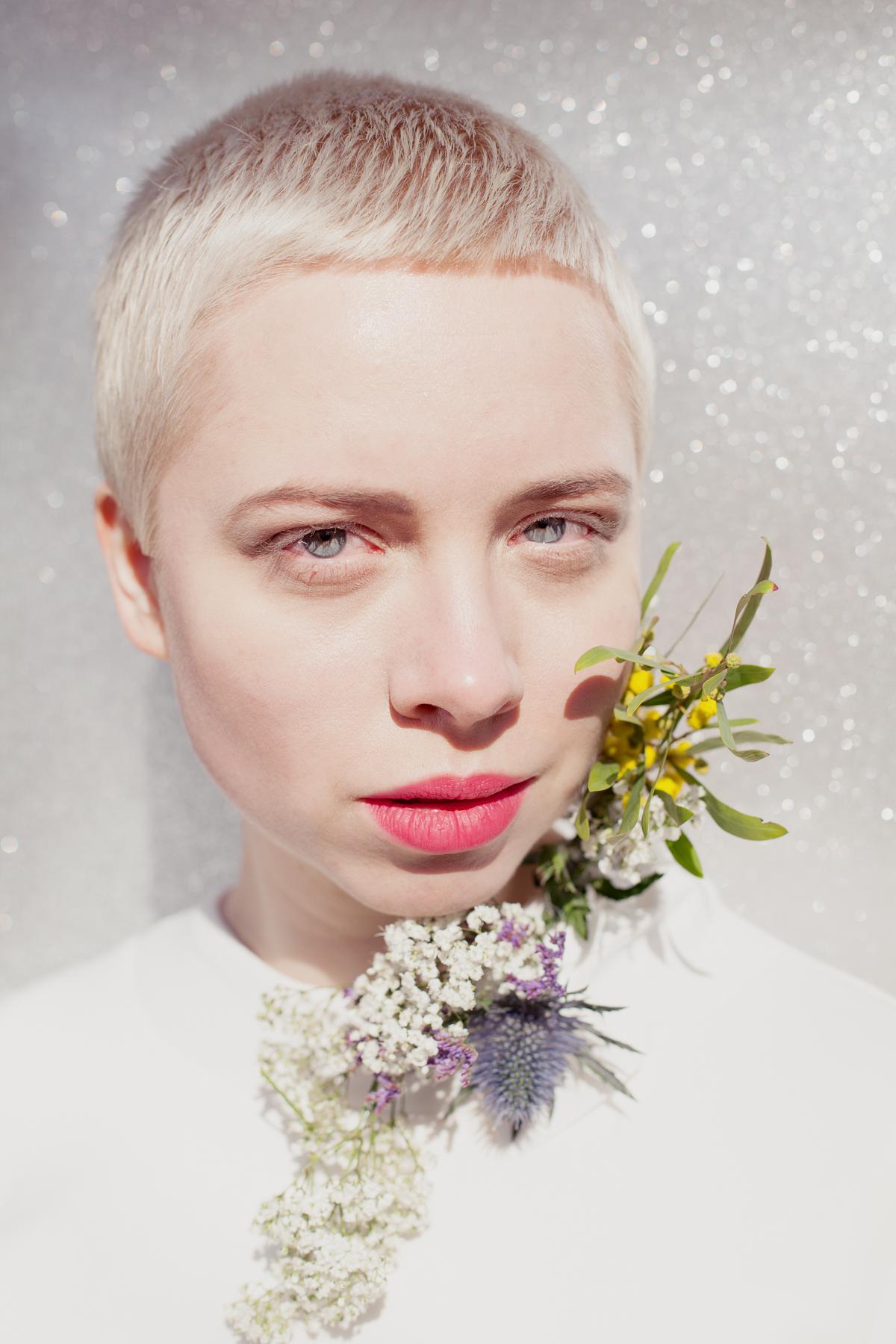 """""""Menschen, die behaupten sich zu lieben #36/4"""" (Haare, Make-Up und Blumen Arrangement Sarah Schwickart)"""