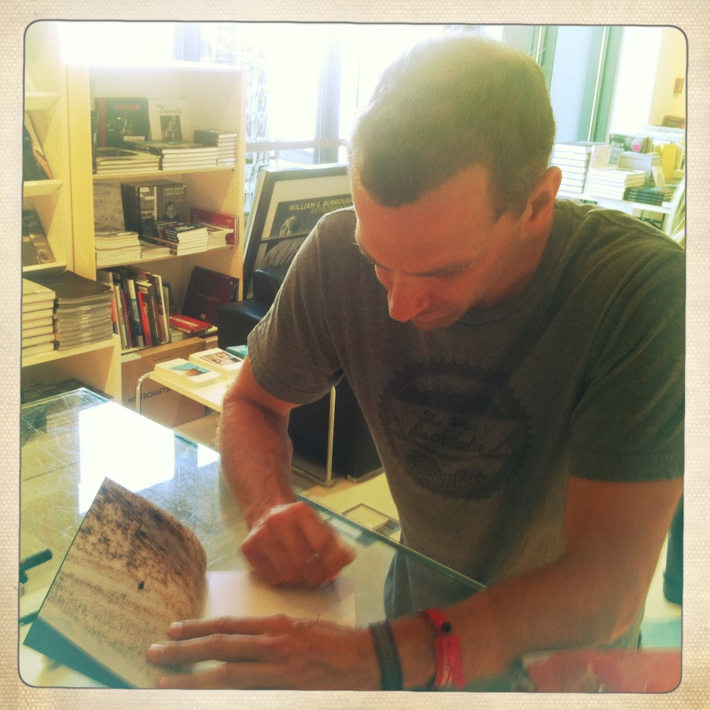 Jim Mangan signiert seine beiden Bücher