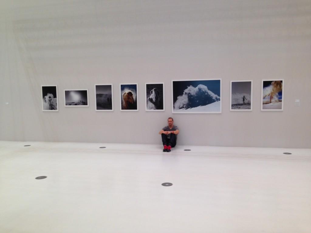 """Jim Mangan vor seiner Serie """"Bedu""""  in der  Hamburger Ausstellung """"Lead Awards 2013""""."""